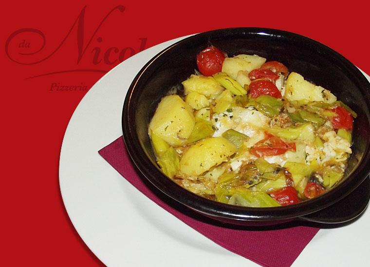 Branzino con porro e patate servito nel coccio