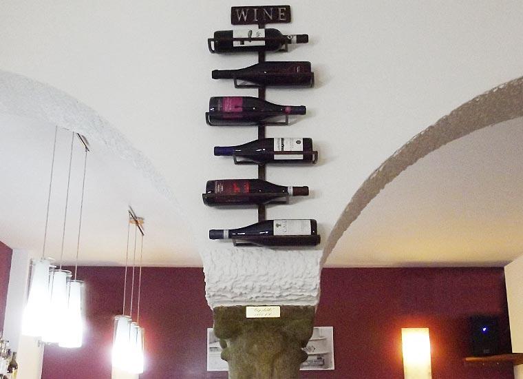Capitello e Bottiglie di Vino